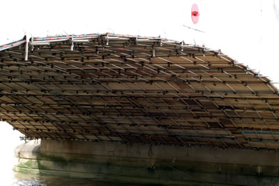 The complex scaffolding under the arch